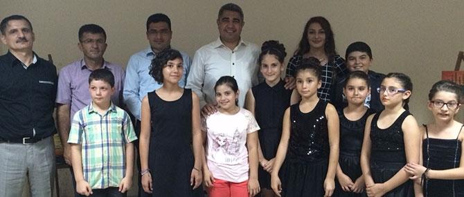 İstiklal Marşı'nı piyano ve keman eşliğinde okudular 3