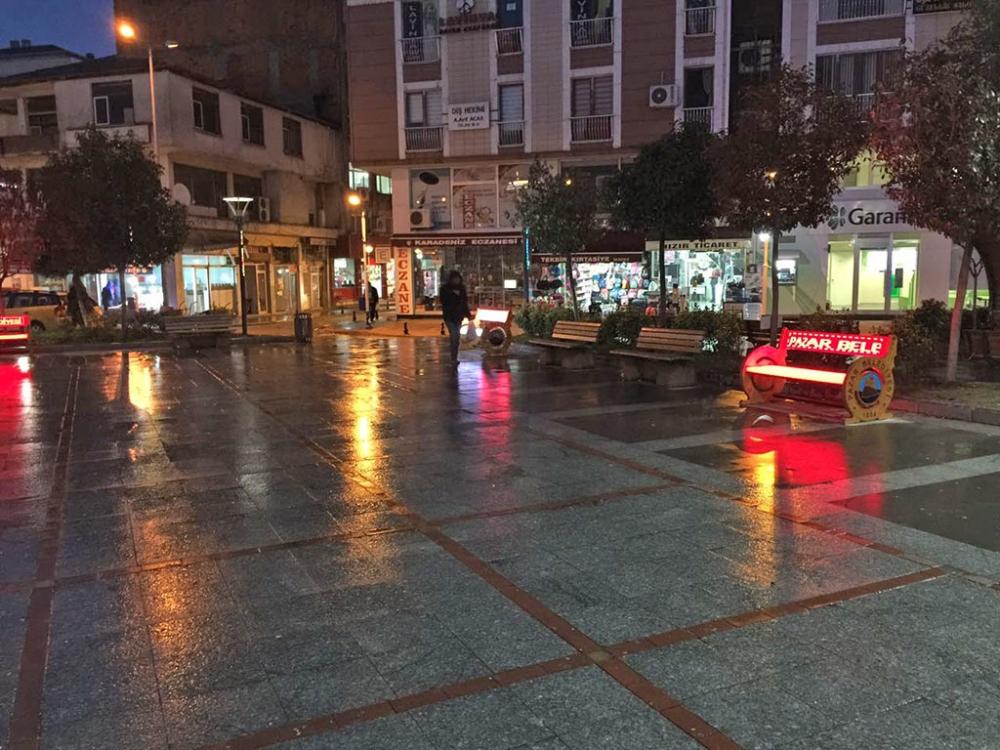 Pazar Demokrasi Meydanına ışık geldi! 13