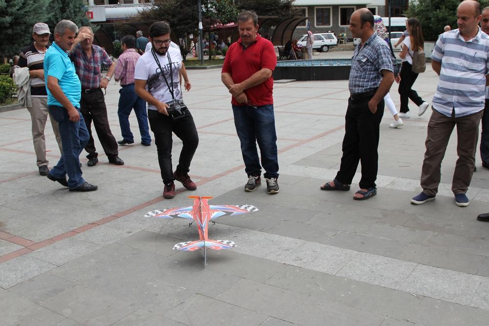 Pazar meydanında model uçakla şov yaptı! 1