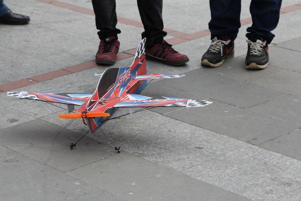 Pazar meydanında model uçakla şov yaptı! 2