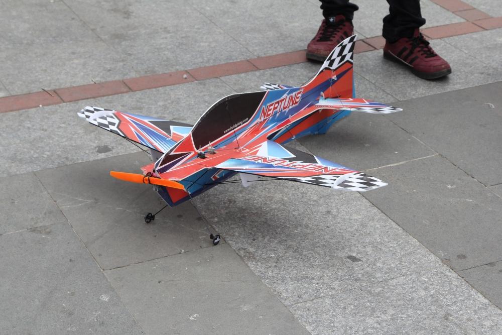 Pazar meydanında model uçakla şov yaptı! 3