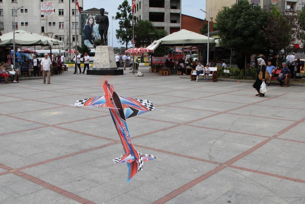 Pazar meydanında model uçakla şov yaptı! 4