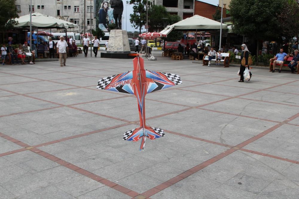 Pazar meydanında model uçakla şov yaptı! 6