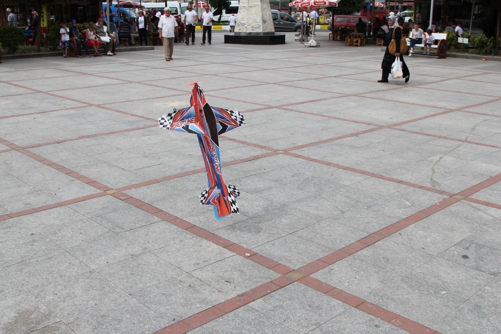 Pazar meydanında model uçakla şov yaptı! 8