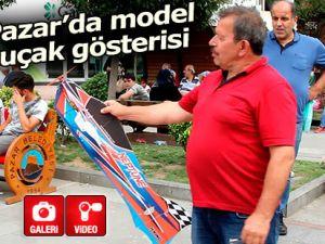 Pazar meydanında model uçakla şov yaptı!