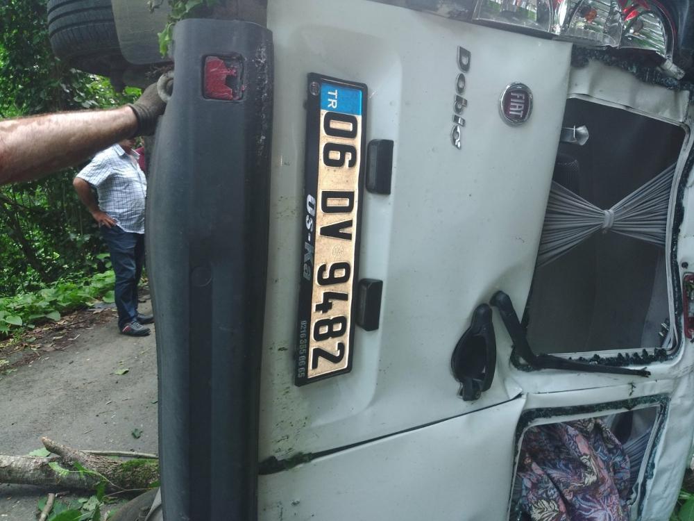 Pazar'da araç yuvarlandı: 2 yaralı 1