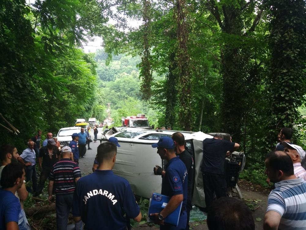 Pazar'da araç yuvarlandı: 2 yaralı 10