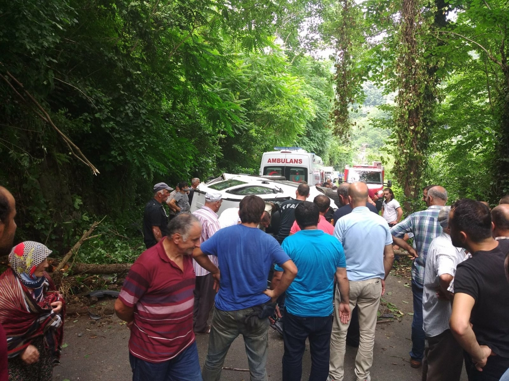 Pazar'da araç yuvarlandı: 2 yaralı 11