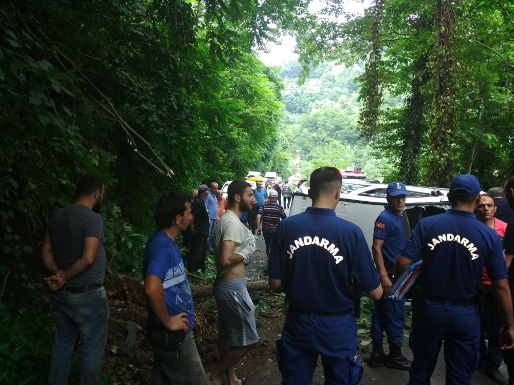 Pazar'da araç yuvarlandı: 2 yaralı 3