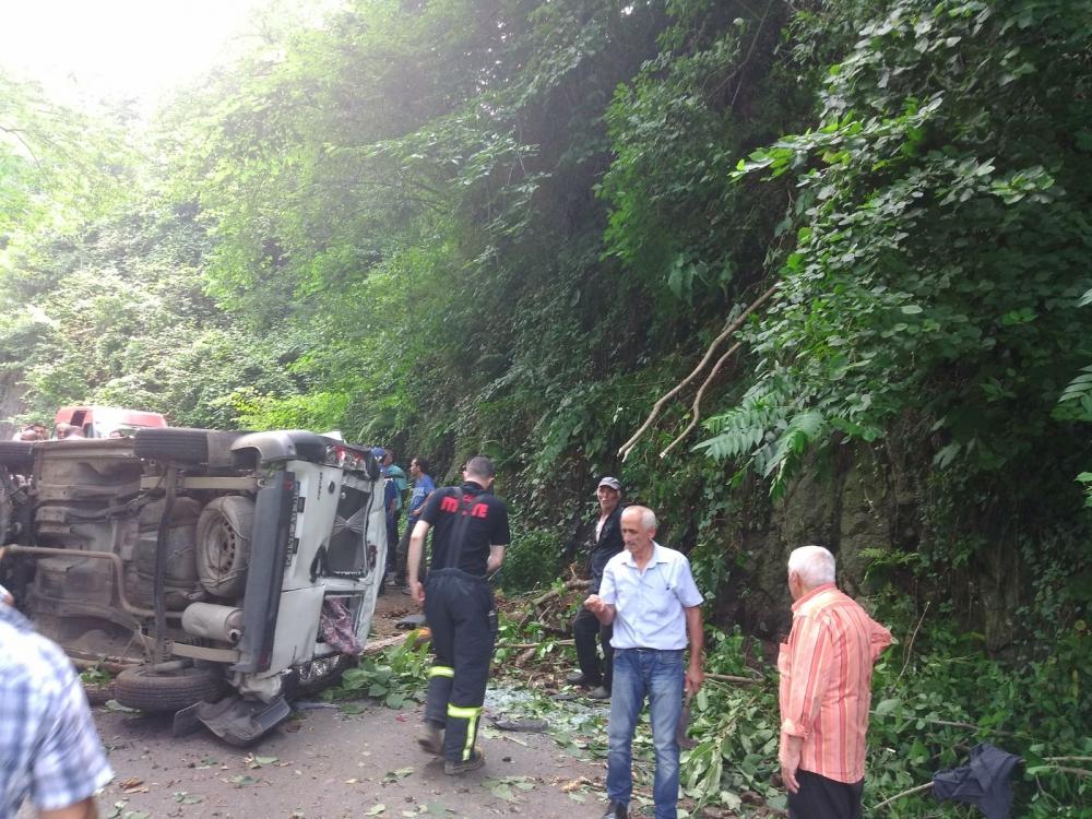 Pazar'da araç yuvarlandı: 2 yaralı 4