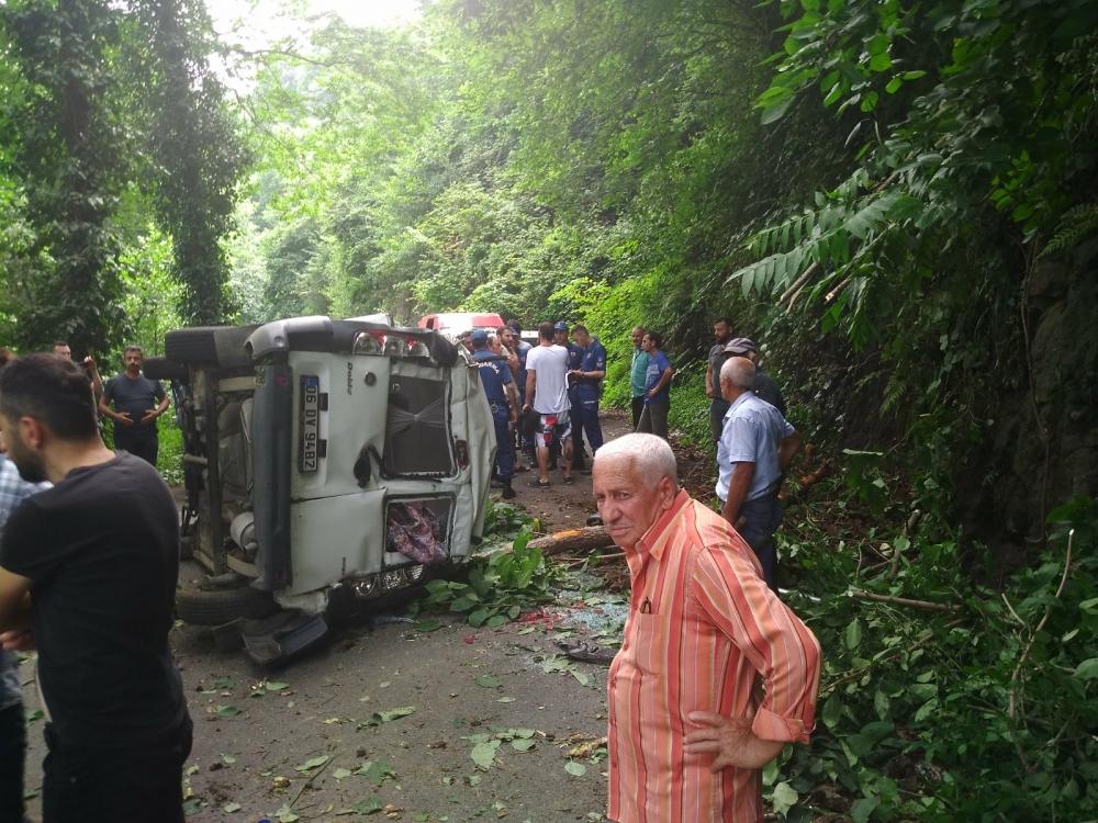 Pazar'da araç yuvarlandı: 2 yaralı 5