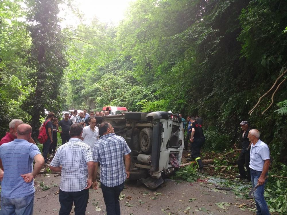Pazar'da araç yuvarlandı: 2 yaralı 6