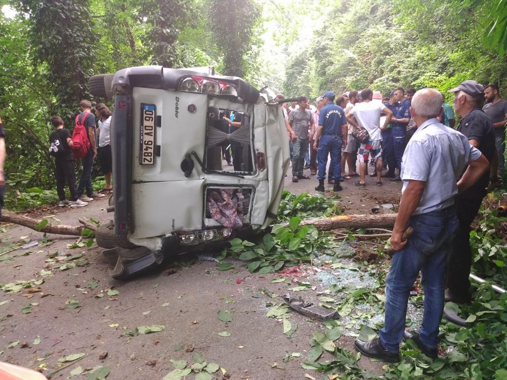 Pazar'da araç yuvarlandı: 2 yaralı 7