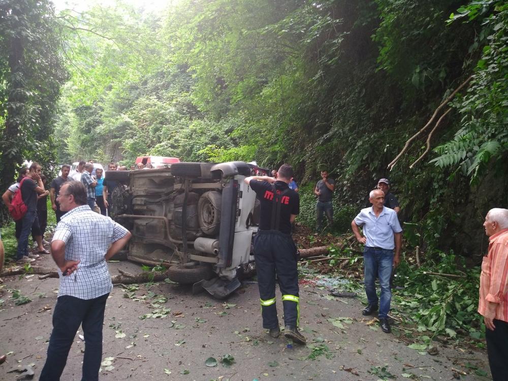 Pazar'da araç yuvarlandı: 2 yaralı 9