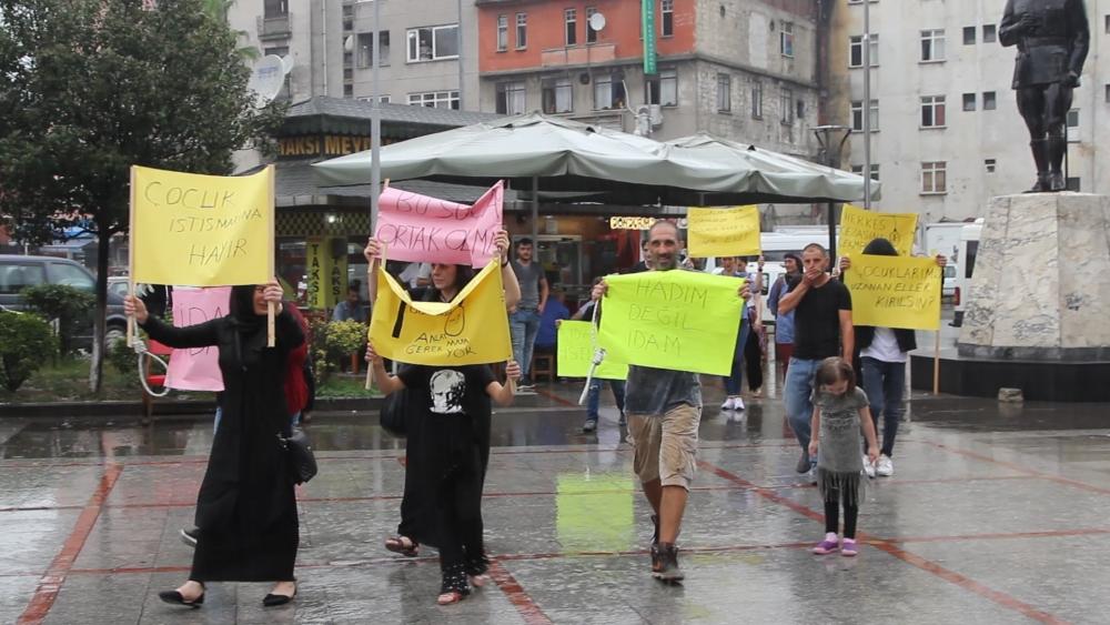 Pazar'da yağmur altında eylem 12