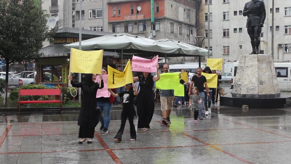 Pazar'da yağmur altında eylem 13