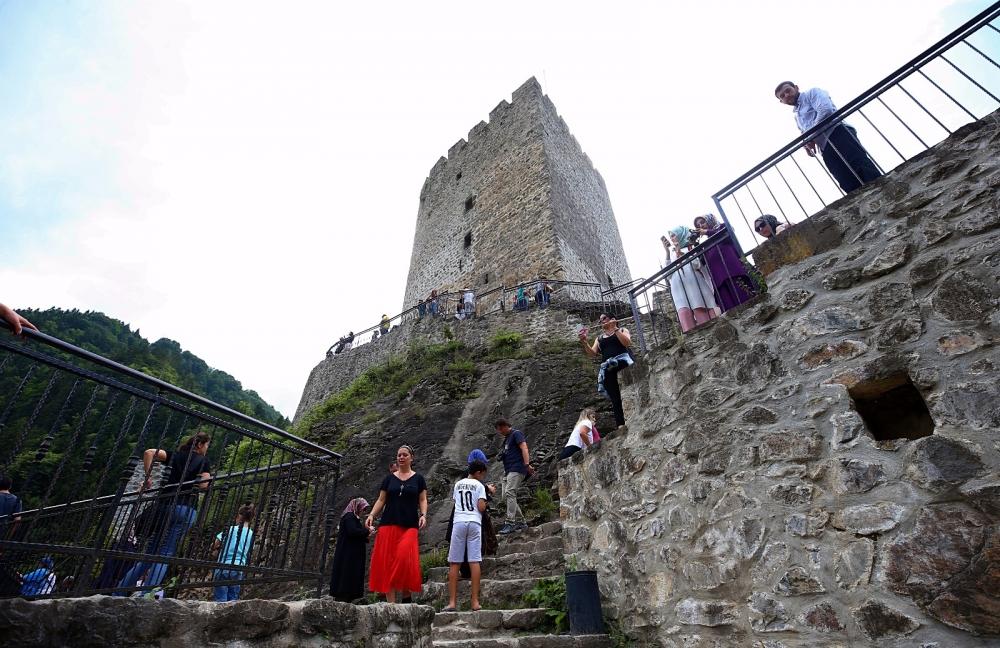 Zil Kale turistlerin ilgi odağı oldu 3