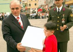 İstiklal Marşı'na laptop hediye