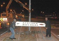 Atatürk tabelasını söktürdüler!