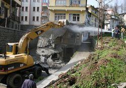 Tehlikeli bina tamamen yıkıldı