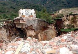 Cami, okul ve ev yıkıldı