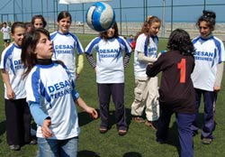 Ardeşen'in futbolcu kızları iddialı