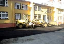 Okul bahçesine asfalt