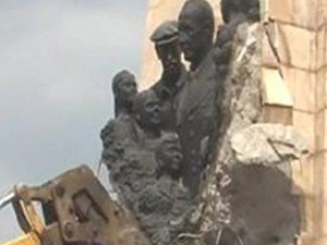 Netekim, memleketindeki heykeli de kaldırıldı