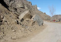 Yola düşen kayalar korkutuyor