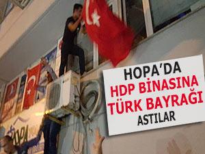HOPA'DA HDP BİNASINA TÜRK BAYRAĞI ASILDI
