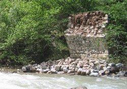 Tarihi köprüyü ilgisizlik yıktı