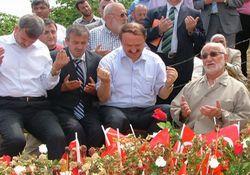 Bakan Özak Şehit kabrinde