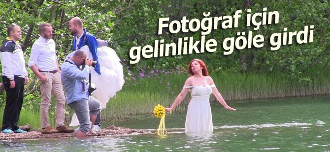 Fotoğraf için gelinliği ile göle girdi!