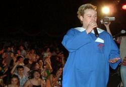 Eşcinsel şarkıcı İlkokul gecesinde