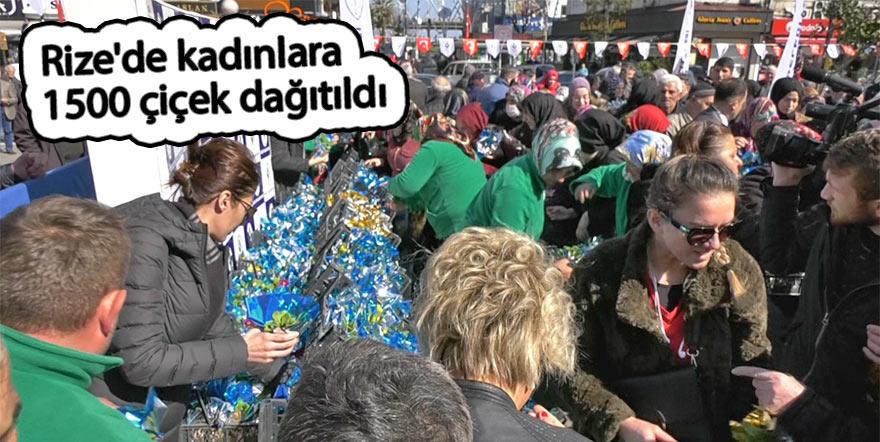 Rize'de kadınlara 1500 çiçek dağıtıldı