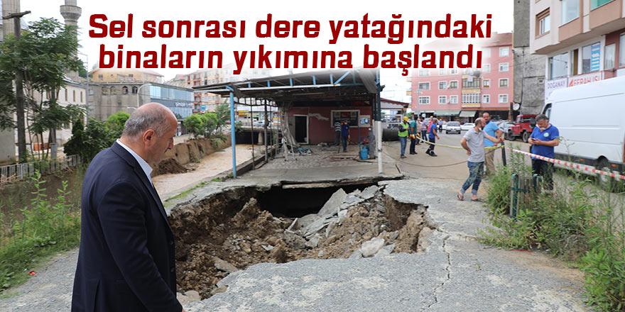 Sel sonrası dere yatağındaki binaların yıkımına başlandı