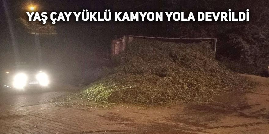 ÇAY YÜKLÜ KAMYON YOLA DEVRİLDİ