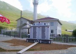 Anzerli şehitler için anıt mezar
