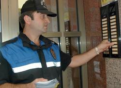 Kapıyı her çalan postacı değildir!