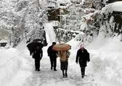Kar yolları kapattı, 2 kişi mahsur!