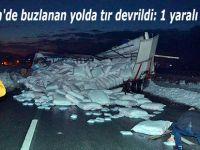 Ardeşen'de buzlanan yolda tır devrildi: 1 yaralı