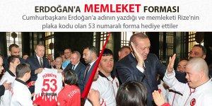 Cumhurbaşkanı Erdoğan'a memleket forması verdiler