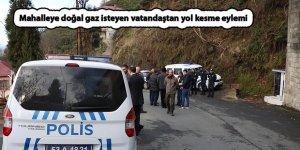 Mahalleye doğal gaz isteyen vatandaştan yol kesme eylemi