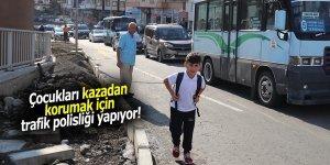 Çocukları kazadan korumak için trafik polisliği yapıyor!
