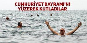 Cumhuriyet Bayramı'nı denizde yüzerek kutladılar